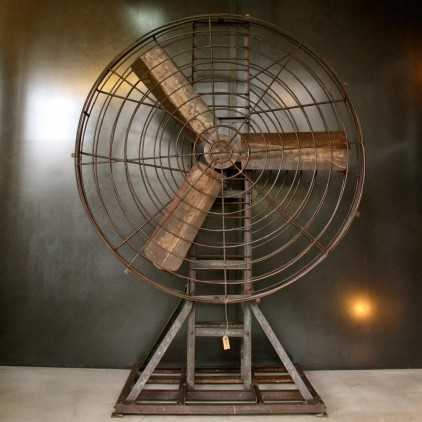 Grand Ventilateur industriel ancien sur pied