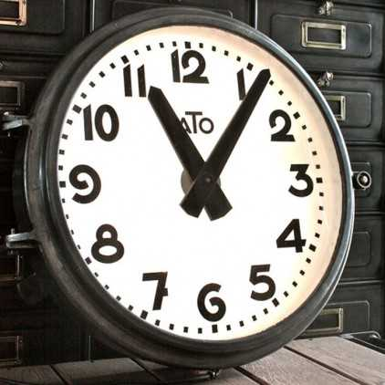 horloge industrielle a t o les nouveaux brocanteurs. Black Bedroom Furniture Sets. Home Design Ideas